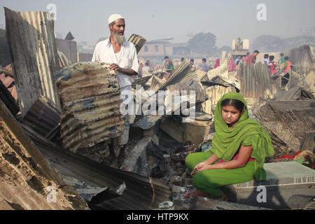 Dhaka, Bangladesch. 16. März 2017. Bewohner von Dhaka Korail Slum suchen ihre Habseligkeiten nach viele Häuser in - Stockfoto