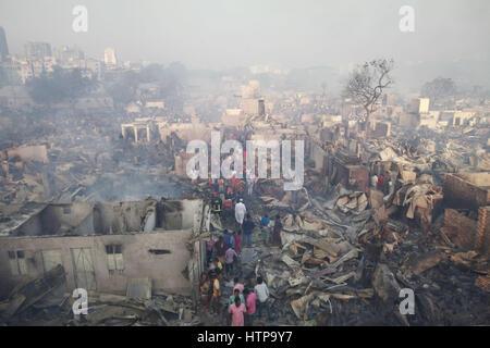 Dhaka, Bangladesch. 16. März 2017. Viele Shanties in Korail Slum durch ein Feuer, das in den frühen Morgenstunden - Stockfoto