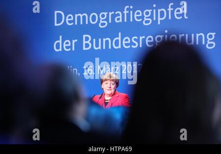 Berlin, Deutschland. 16. März 2017. Bundeskanzlerin Angela Merkel hält eine Rede bei der Demographie Gipfel der - Stockfoto
