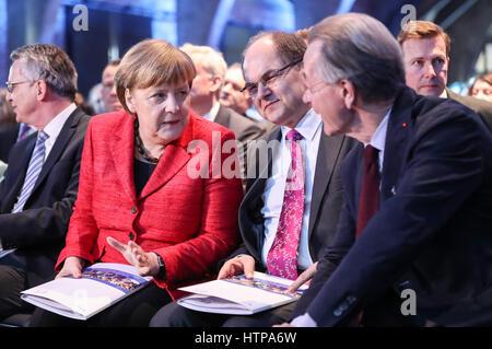 Berlin, Deutschland. 16. März 2017. Bundeskanzlerin Angela Merkel (2. L) spricht mit einem Teilnehmer vor der Eröffnung - Stockfoto