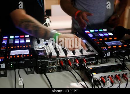 Musik-Geräte und Ausrüstungen auf Sonar erweiterte Musik und Kunst Festival in Barcelona, Spanien - Stockfoto