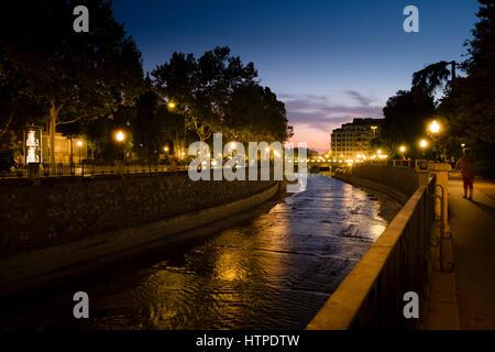 Granada Spanien Fluss Genil nachts Mäandern durch Plaza de Humillaredo - Stockfoto