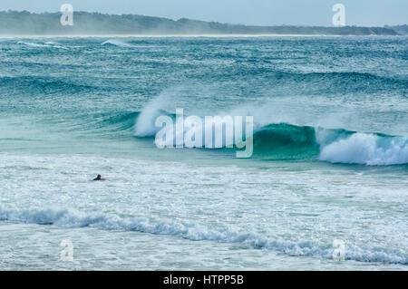 Eine Surfer wartet auf die perfekte Welle, Dalmeny Beach, South Coast, New-South.Wales, NSW, Australien - Stockfoto