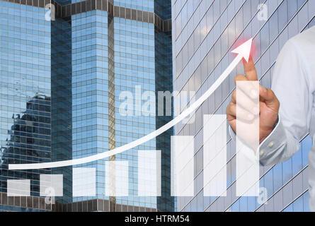 Geschäftsmann, im Höhepunkt des Business-Grafik auf Wolkenkratzer Hintergrund, Konzept finanzielle Symbole kommen - Stockfoto