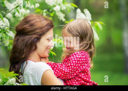 Porträt der glückliche Mutter und Töchterchen im Frühlingspark - Stockfoto