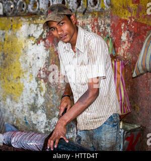 Goa, Indien - Februar 2008 - junge Mann schneiden einen großen Fisch an der berühmten wöchentlichen Mapusa market - Stockfoto