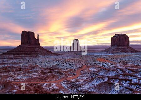 Sonnenuntergang über Schnee bedeckt Monument Valley Navajo tribal Park, Arizona - Stockfoto