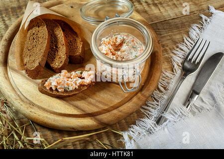 Rahmsuppe mit Kartoffeln, Lauch und Erbsen auf Holztisch. Curry Karottensuppe mit Sahne und frischen Kräutern - Stockfoto