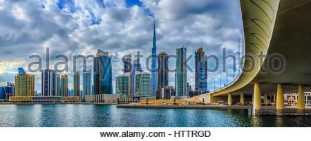 Ein Blick auf den Burj Khalifa und die Skyline von Dubai aus der Business Bay Area. - Stockfoto