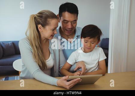 Familie mit Hilfe von digital-Tablette im Wohnzimmer Stockfoto