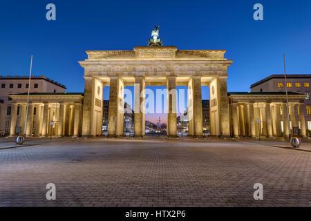 Die Rückseite des Brandenburger Tor in Berlin bei Nacht - Stockfoto