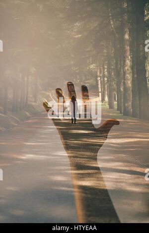 Doppelbelichtung eine Hand und eine Frau zu Fuß entfernt - Stockfoto