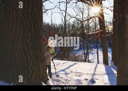 Mädchen spielen im Schnee - Stockfoto