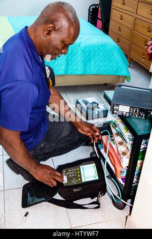 Miami Beach Florida Atlantic Breitband-Kabel-TV Elektronik Techniker Installer schwarzer Mann Job Mitarbeiter des - Stockfoto