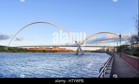 Infinity-Brücke Fußgänger- und Zyklus Brücke über River Tees am Stockton-on-Tees in Nordost-England - Stockfoto