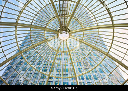 Durchsicht der Glaskuppel im Inneren der Canary Wharf Shopping Centre an One Canada Square, Canary Wharf, London, - Stockfoto