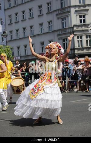 Berlin, Deutschland, 8. Juni 2014: Tänzerin Gruppen feiern Karneval oOf Kulturen. - Stockfoto