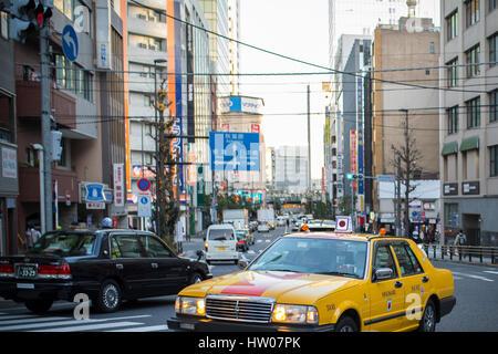 Tokio - 31. Dezember 2016: Ein Taxi im Ginza-Viertel 31. Dezember 2016 in Tokio, Japan. Ginza erstreckt sich 2,4 - Stockfoto