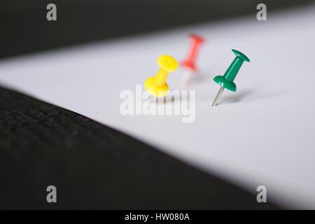 Satz von Push-Pins in verschiedenen Farben, mit echten Schatten isolierten auf weißen Hintergrund. (Tiefenschärfe) - Stockfoto