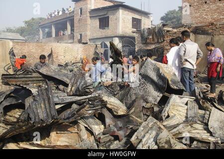 Dhaka. 16. März 2017. Foto aufgenommen am 16. März 2017 zeigt Slum-Bewohner, die auf der Suche nach wertvollen Dingen, - Stockfoto