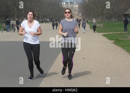 London, UK. 16. März 2017. Jogger genießen Sie den Frühling Wetter Scooter im Hyde Park London Credit: Amer Ghazzal/Alamy - Stockfoto