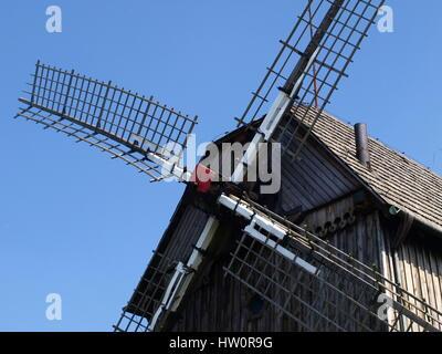 Alte hölzerne Windmühle, erbaut im Jahr 1911 in Mecmierz, kleines Dorf in der Nähe von Kazimierz Dolny in Polen - Stockfoto