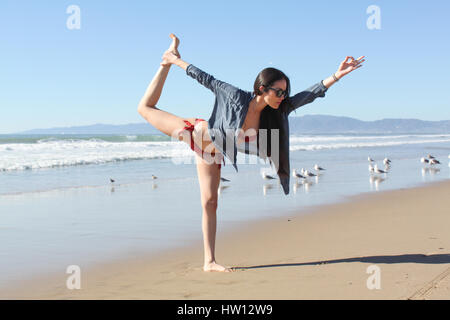 Frau eine Yoga machen posieren am Strand. - Stockfoto