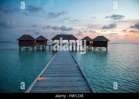 Maldives Rangali Island. Conrad Hilton Resort. Außenbereich des Spa im Sonnenuntergang. - Stockfoto