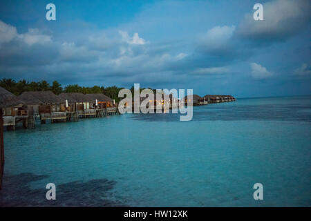 Maldives Rangali Island. Conrad Hilton Resort. Wasser-Villen am Abend. - Stockfoto