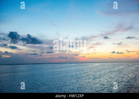 Maldives Rangali Island. Conrad Hilton Resort. Sonnenuntergang über dem Ozean. - Stockfoto