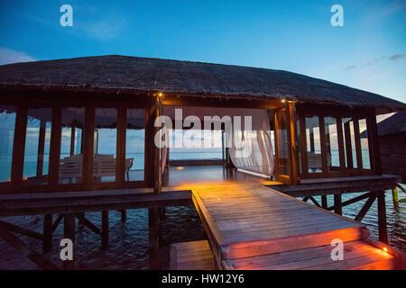Maldives Rangali Island. Conrad Hilton Resort. Das Spa am Abend. - Stockfoto