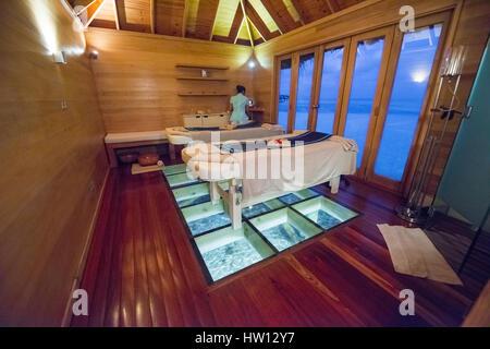 Maldives Rangali Island. Conrad Hilton Resort. Innenseite der Spa und Massage Tische mit Blick aufs Wasser. - Stockfoto