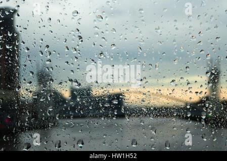 Regen auf dem feuchten Glas der Media City Fußgängerbrücke über den Manchester Ship Canal, Salford Quays, Manchester, - Stockfoto