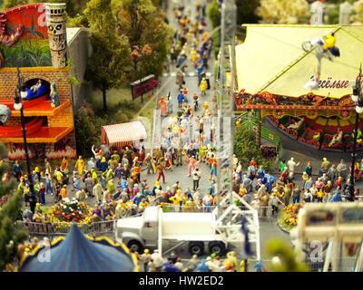Miniaturmodell des Menschen auf einer Straße Messe oder Karneval. - Stockfoto