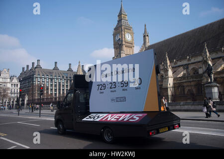 London, UK. 16. März 2017. Werbeträger von Sky News, zeigt den Countdown bis zum Ende des Brexit-Prozesses. Der - Stockfoto