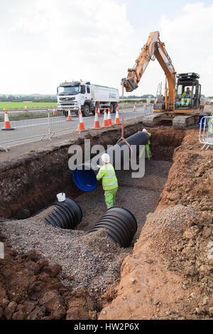 Entwässerung-Rohrleitungen in einem neuen Abschnitt der A5 in der Nähe von Nuneaton installiert wird. Hoch-und Tiefbau, - Stockfoto