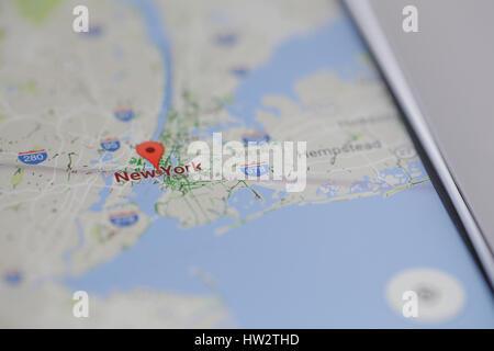 Die Google Maps app sieht man teils von Manhatten District von New ...