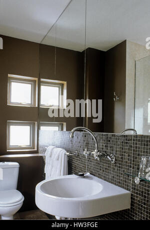 modernes kleines bad mit toilette waschbecken und dusche stockfoto bild 58763003 alamy. Black Bedroom Furniture Sets. Home Design Ideas