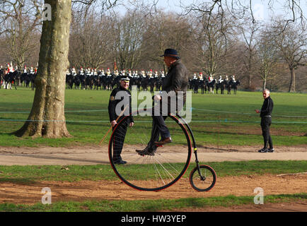 London, UK. 16. März 2017. Ein Mann auf dem Hochrad Fahrrad fährt mit als Mitglieder der HM Household Cavalry Parade - Stockfoto