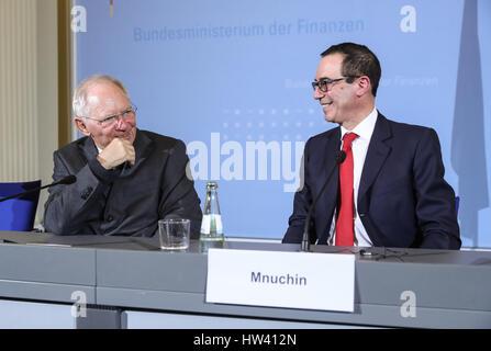 Berlin, Deutschland. 16. März 2017. Deutsche Finance Minister Wolfgang Schäuble (L) spricht mit dem Besuch der US - Stockfoto