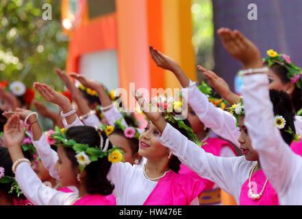 Dhaka, Bangladesch. 16 Mär, 2017. Kinder tanzen zu einem kulturellen Programm, Bokul Tola der Dhaka Universität - Stockfoto
