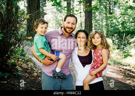 Porträt des Lächelns kaukasische Familie im park - Stockfoto