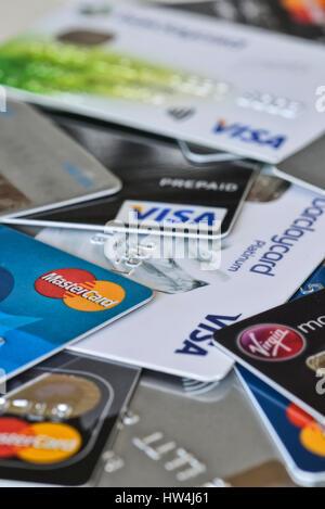 Eine Auswahl von Kredit- und Kundenkarten. Großbritannien, Großbritannien - Stockfoto