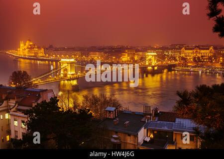 Das Parlamentsgebäude und die Kettenbrücke über die Donau von Castle Hill Viertel gesehen. Budapest Ungarn, Südost - Stockfoto