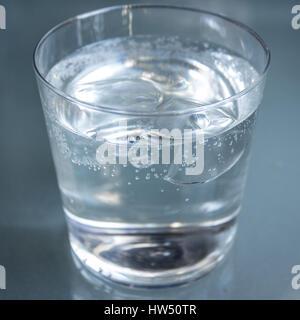 Glas Wasser mit Eiswürfeln, isoliert - Stockfoto