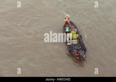 Can Tho, Vietnam - APRIL 2: Frau und junge auf Boot hinunter Mekong bei können Tho schwimmenden Markt, Can Tho, - Stockfoto