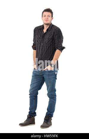 Lächeln auf den Lippen entspannt Man in smart casual Kleidung mit Händen in den Taschen. Ganzkörper-Länge-Porträt - Stockfoto