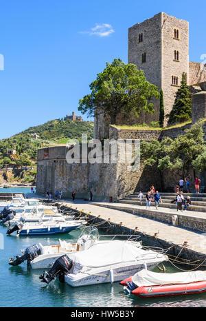 Das Château Royal mit Blick auf den kleinen Hafen von Collioure, Côte Vermeille, Frankreich - Stockfoto