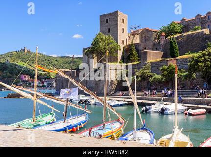 Das Château Royal mit Blick auf Boote im kleinen Hafen von Collioure, Côte Vermeille, Frankreich - Stockfoto