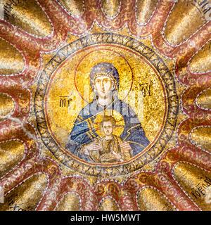 Jungfrau und Christkind. Die Mutter Gottes. Mosaik in Chora-Kirche, Istanbul, 11. Oktober 2013, die Jungfrau von der Blachernitissa innerhalb einer mandorla